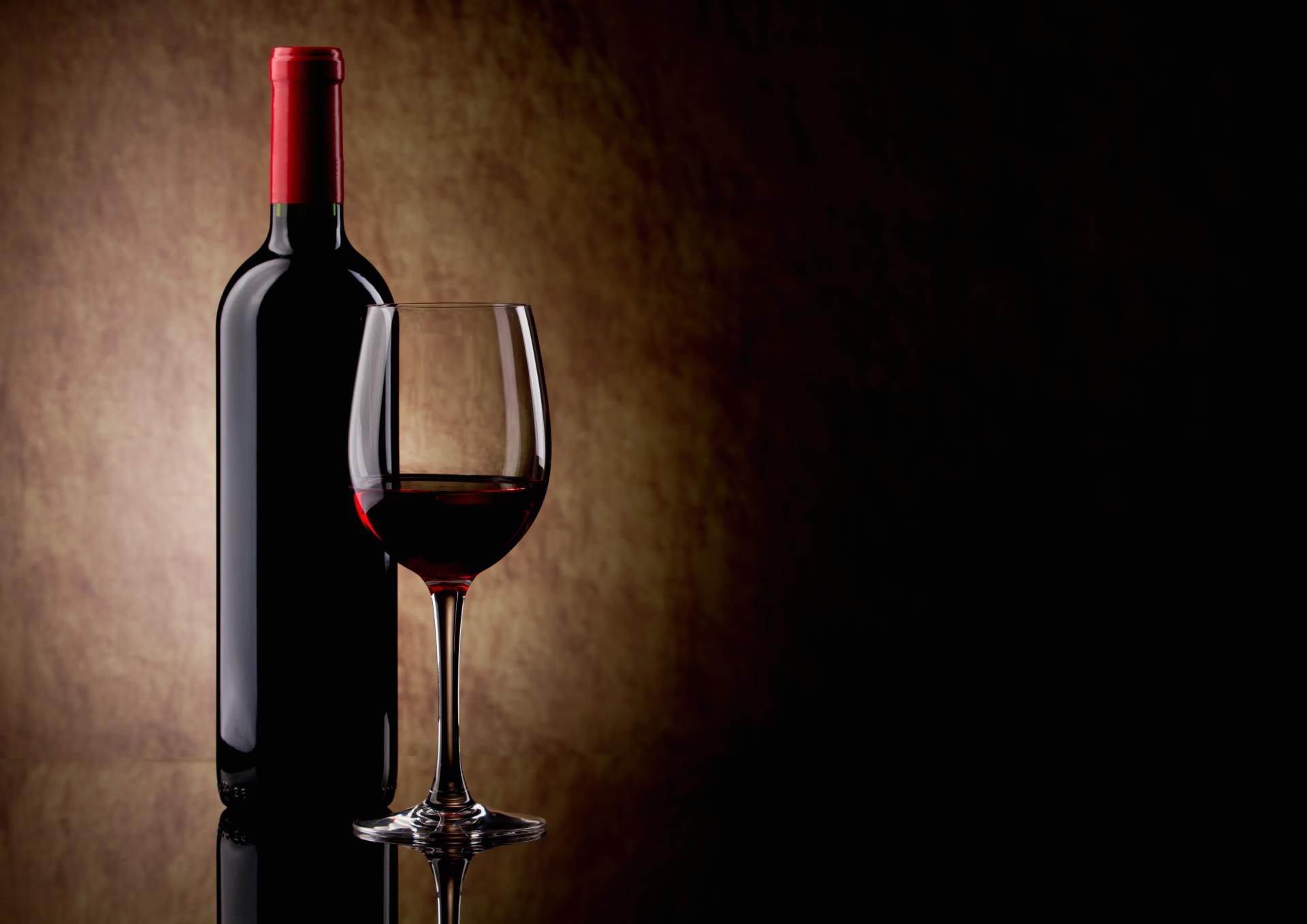 wallpaper-red-wine-glass-and-bottle